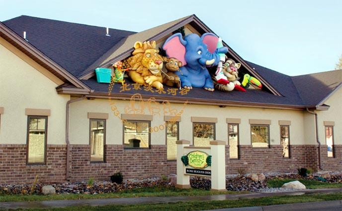 为湖南博纳多双语幼儿园制作的幼儿园室外门面雕塑,巧妙地借助室外的屋顶,把雕塑布置在一起,雕塑制作的材质主要是水泥直塑及玻璃钢半成品,在制作时主要考虑儿童的喜好,从造型到颜色,最终的目标是吸引小朋友的注意力。好的幼儿园室外门面雕塑能吸引客户观察很长时间,北京淡水河谷制作的幼儿园室外门面能给过往的人群留下很深的印象。  在制作幼儿园室外门面雕塑的目的就是引人关注,好的雕塑要有气势,能吸引人,使经过的人能仔细观看,经常经过的人百看不厌,这就是北京淡水河谷制作幼儿园室外门面雕塑最终目标。  做幼儿园室外门面雕塑的